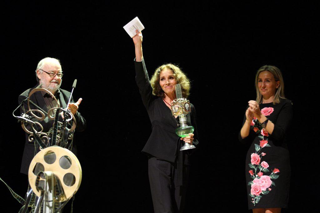 Ana Belén recibió el premio 'Alice Guy' de manos del director José Luis Sánchez y de la alcaldesa de Toledo, Milagros Tolón. / H. Fraile