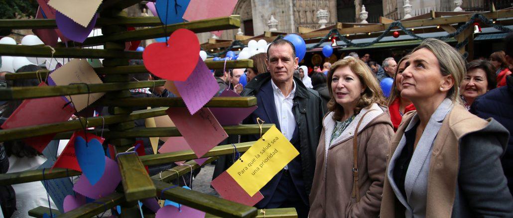 La asociación instaló un 'Árbol de los deseos' en la plaza del Ayuntamiento. / EC
