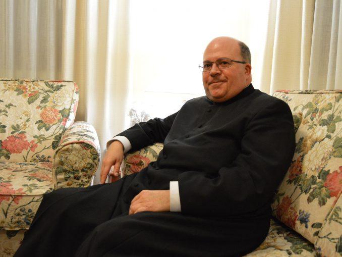 El nuevo deán, monseñor Ferrer Grenesche, recibe a elCulturalCLM. / JG