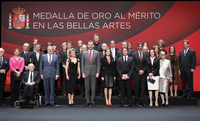 En la imagen, SS. MM. los Reyes de España y el ministro de Cultura con los galardonados. / EC